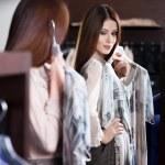 proberen op een jurk en in de spiegel kijken — Stockfoto