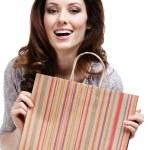 vacker kvinna håller papper gåva väska — Stockfoto