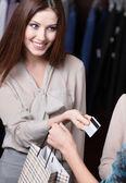 Femme paie par carte de crédit — Photo