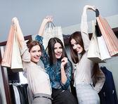 Drie vrienden na het winkelen — Stockfoto