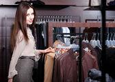 Pretty woman je v obchodě — Stock fotografie