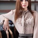 mooie vrouw en de grote verscheidenheid van kleding — Stockfoto