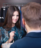 Smiling girl speaks to shop assistant — Stock Photo