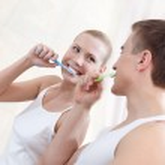Husband and wife brush teeth — Stock Photo #12286966