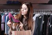 Vrouw wonderen op uitstekende schoenen — Stockfoto