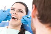 Dentista examina a cavidade oral de um paciente muito — Foto Stock