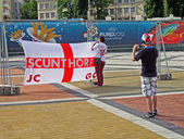 Sport fan making photo of England flag in Kiev, Ukraine. — Стоковое фото