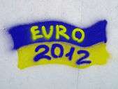 Ukrainian flag with EURO 2012 text as graffiti on the wall. — Stock Photo