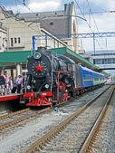 Retro siyah buhar motoru ile merkez tren istasyonu, kiev satırda mavi vagon. — Stok fotoğraf
