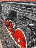 Czerwony okrągły koła maszyna parowa i metalowej rury połączone stosu. — Zdjęcie stockowe