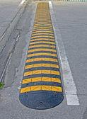 抽象黄被剥离的路障碍为上沥青,安全的汽车的. — 图库照片