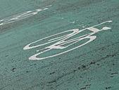 Signe blanc vélo peintes sur l'asphalte vert, transport. — Photo