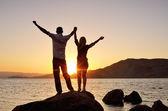 El tipo con la chica levantó sus manos hacia el cielo — Foto de Stock