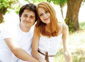 Nádherný pár v parku. — Stock fotografie