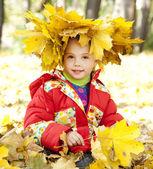 Barn i höst park. — Stockfoto