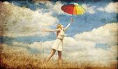 Dziewczyna z parasolem na łące. — Zdjęcie stockowe