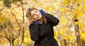 Fille avec un casque au parc automne. — Photo