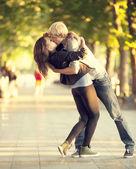 Jeune couple s'embrassant dans la rue — Photo