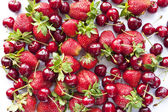 Sweet cherry and strawberry — Stockfoto