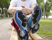 L'uomo in scarpe da ginnastica sportiva — Foto Stock