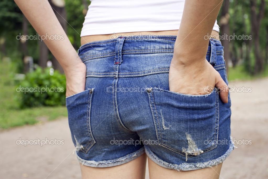 女生深蓝色修身牛仔裤配什么样的上衣和鞋子好看?