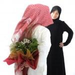 couple arabe, roses et fleurs surprise — Photo