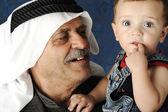 Dorosły człowiek posiadający młode baby — Zdjęcie stockowe
