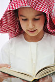 Muslim Arabic little boy reading Qoran — Stockfoto