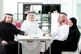 Negocios mayores árabe con su equipo de oficina — Foto de Stock