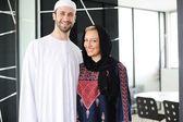Dvě dvojice muslimské stojící na úřad — Stock fotografie