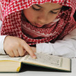 Muslim boy reading Koran — Stockfoto