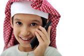 Portrét arabský kid mluví na telefonu — Stock fotografie