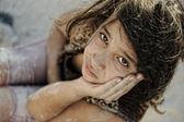 La pauvreté et la pauvreté sur le visage des enfants. triste petite fille. statut de réfugié. résultats de la guerre. — Photo