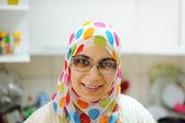 Beautiful muslim woman standing in kitchen — Stock Photo