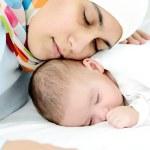 beau bébé de deux mois dans les mains de mères musulmanes — Photo