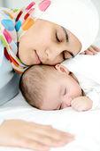 Schönes kind zwei monate alt, in seinen händen muslimische mütter. — Stockfoto