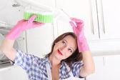 Kadın temizlik mutfak — Stok fotoğraf