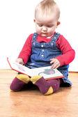 Jovem menina feliz lendo um livro — Fotografia Stock
