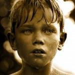 Ritratto d'epoca di un bambino con una goccia d'acqua sul viso — Foto Stock