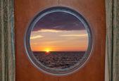 Soluppgången genom hyttventil — Stockfoto