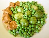 свежие рагу из говядины и свинины с зеленым горошком и брюссельская капуста — Стоковое фото