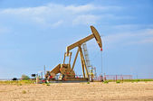Large Pump Jack Pulling Crude Oil Up — Stock Photo