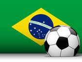 Balón de fútbol de brasil con el fondo de la bandera — Vector de stock