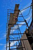 Ponteggi contro il cielo blu — Foto Stock