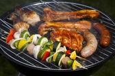Grill w gorący letni wieczór, grillowanie — Zdjęcie stockowe