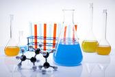 Laborglas mit bunten flüssigkeit — Stockfoto