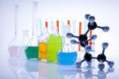 Laborglas mit flüssiger farbe — Stockfoto