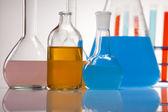 лабораторная посуда, содержащие красочные жидкости — Стоковое фото