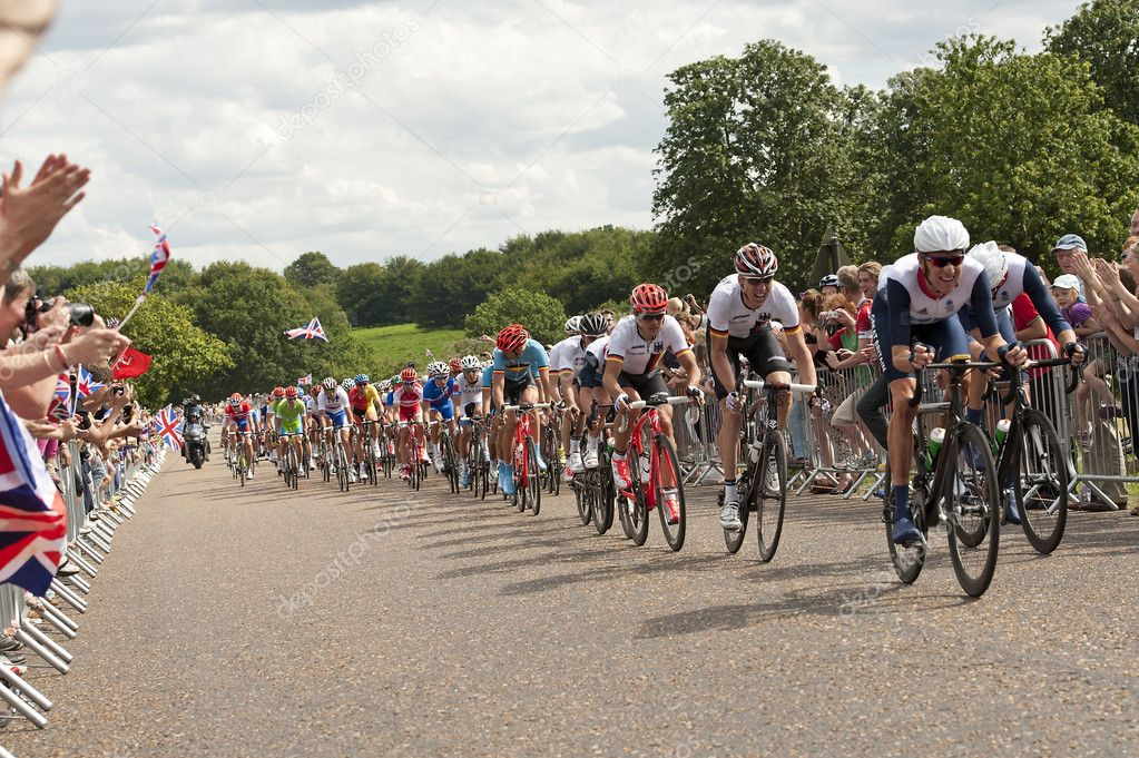 "London/ UK-JULY 28, 2012; Winner of ""THE TOUR DE FRANCE""Bradley Wiggins leads the Peloton through Ricmond Park in the mens Olympic cycling event,London July 28, 2012 — Stock Photo #11945405"