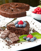 Chocolate cake with fresh berry — Foto de Stock